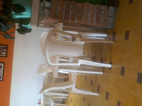 Se venden 5 mesas rimas con sillas